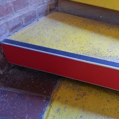 Anti-slip step nosing