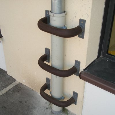 Curved protection rail