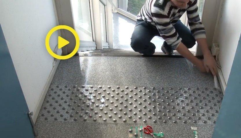 Vidéo de pose des Pastilles Podotactiles adhésives en kit de 33 pastilles prêt à poser